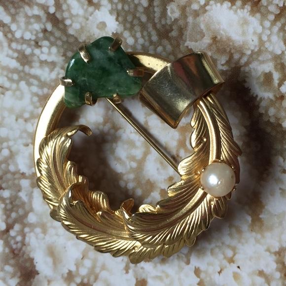 Vintage Jewelry - VINTAGE Jade and Pearl Brooch